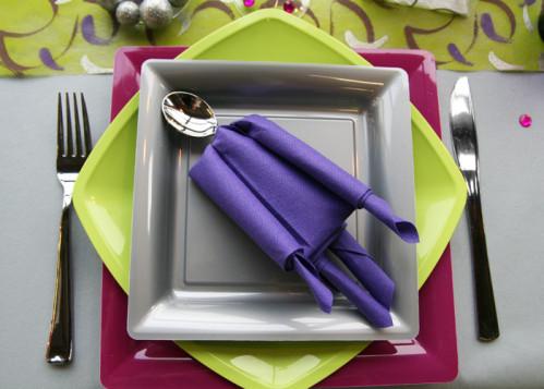 pliage de serviette en forme de bonhomme d corations f tes. Black Bedroom Furniture Sets. Home Design Ideas