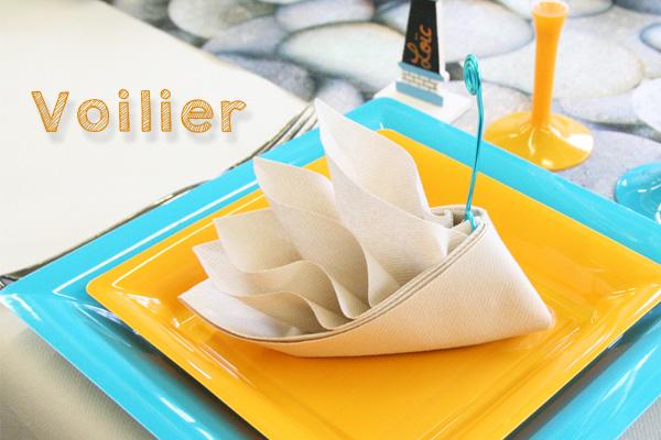 Pliage de serviettes en forme de voilier ou de bateau