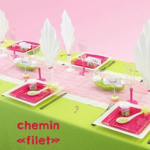 Décoration de table avec un chemin de table de couleur fuchsia