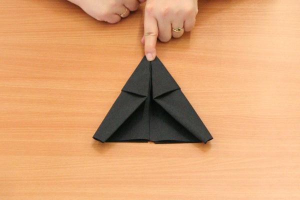 Réalisez le pliage de serviette en forme de chaussons de lutin